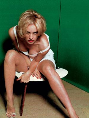 Шэрон Стоун в мини-платье повторила культовую сцену из «Основного инстинкта»